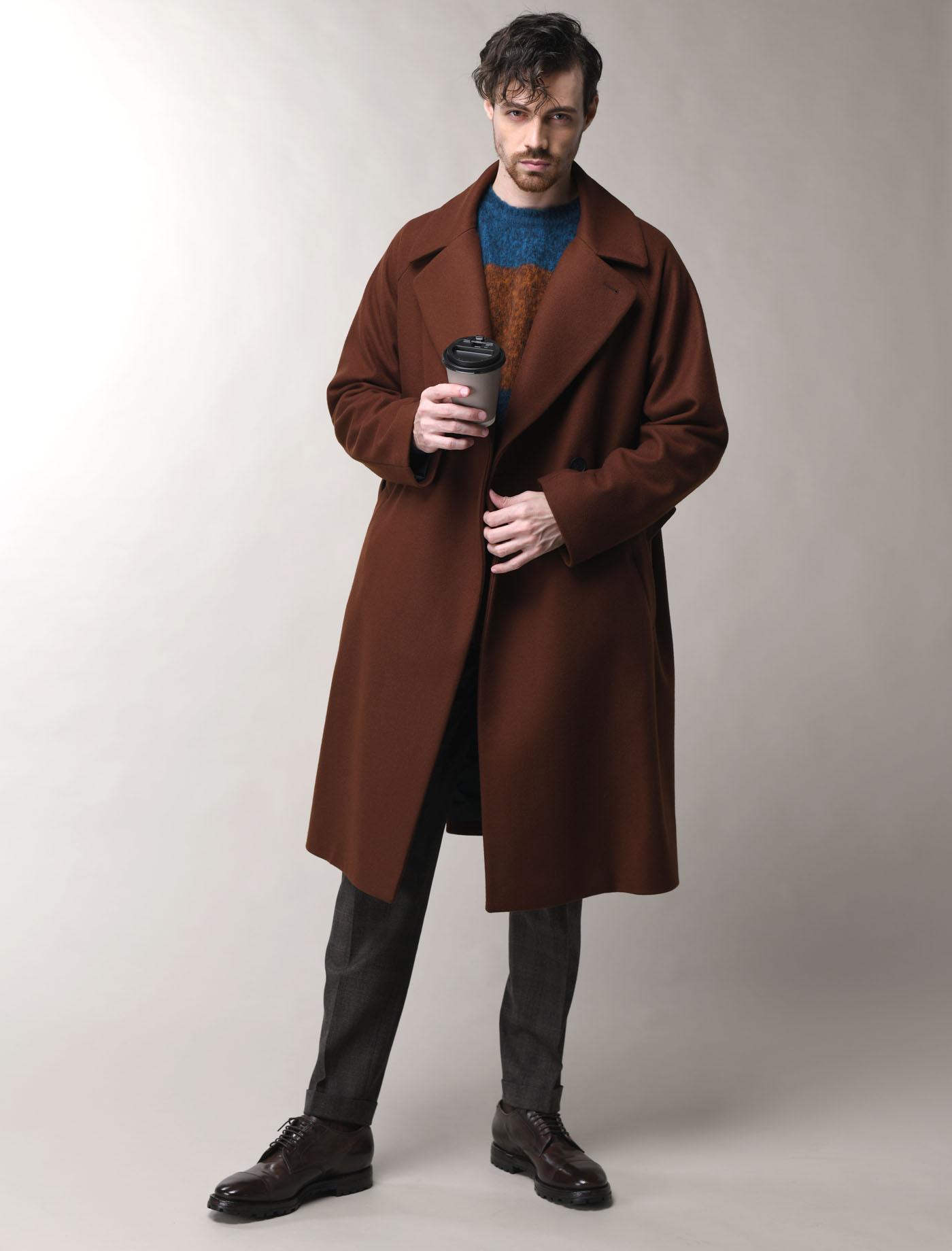 STYLE95 WOOL COAT STYLING_HEVO(イーヴォ)のコートとFILIPPO DE LAURENTIIS(フィリップデローレンティス)のニット、BRIGLIA1949(ブリリア1949)のパンツで仕上げたカジュアルコートスタイリング